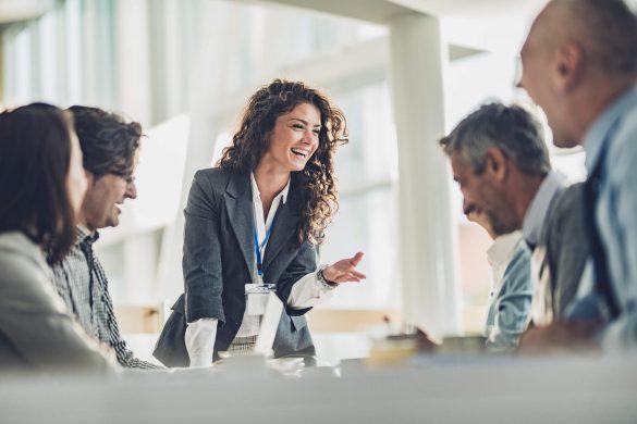 carreira de gestão: pessoas em reunião no escritório