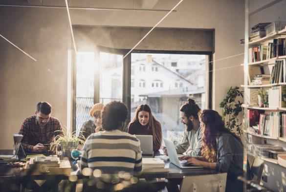 Carreira em W: pessoas reunidas em mesa de reunião
