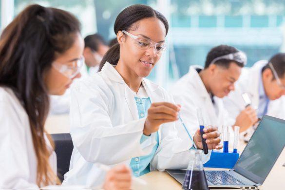graduação na área da saúde: jovem mulher usando laboratório