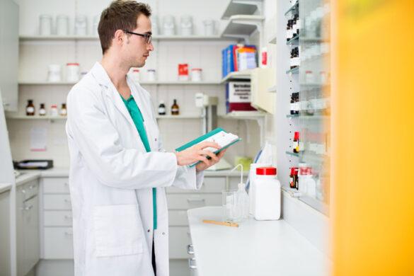 homem trabalhando em farmácia hospitalar